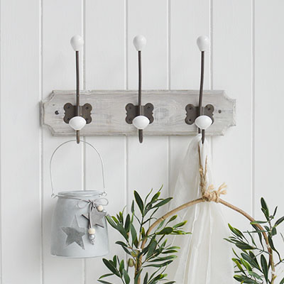 The Vintage cafe wall rack is a strong and sturdy set of four hooks ideal for hanging coats, towels etc or purely for decorative purposes to add interest to an empty wall.