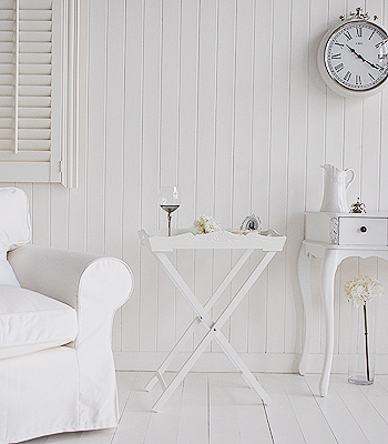 White Gutler table for a white  living room